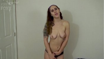 Pornografia grátis com a ninfetinha de 18 anos dando a xoxota