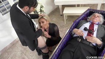 Sexo gostosona viuvá dando para o amante no funeral