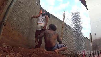 Pedreiro sacana comendo a novinha filha da patroa no quintal