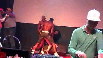 Novinha de menor pelada abusada em baile funk