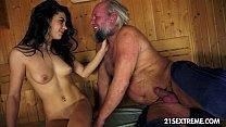 Sexo quente vovô comendo neta na sauna