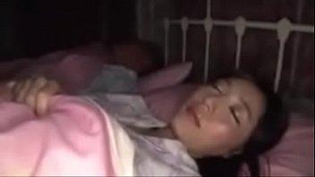 Porno em família filho violando mãe na cama do pai dormindo