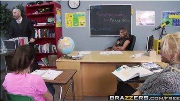 Dispensou os alunos mais cedo e meteu na professora