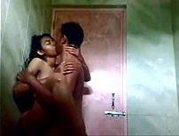 Pornor amador pegou a irmã do amigo no banho e fodeu gostoso