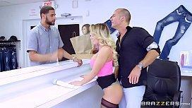 Sexo no trabalho dono da loja torando a namorada do cliente na frente dele