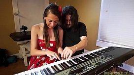 Red tub porno pai foi ensinar a filha a tocar piano mais ela acabou tocando outras coisas