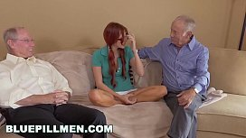 Neta ruiva metendo com vovô e amigo coroa