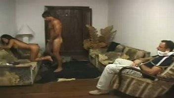 Brasileirinha estuprada na frente do marido amarrado