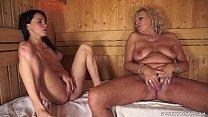 Coroa e novinha na sauna