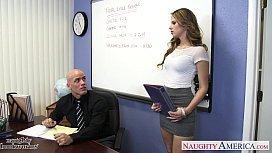 Sexo na escola secretária novata fodendo com o diretor