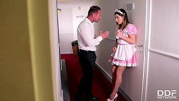 Asgostosa patrão comendo a empregada jovem