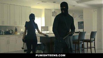 Teenxxx casal de bandidos fazendo sexo no assalto
