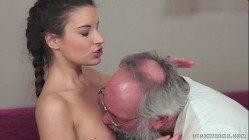 Tio seduz a sobrinha novinha muito gostosa