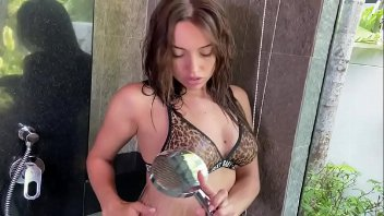 Gata faz boquete debaixo do chuveiro e ganha leitinho