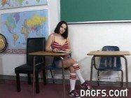 Estudante novinha teve que chupar o professor para passar de ano