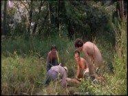 Marmanjos estuprando brutalmente a branquinha no meio do mato