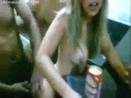 Brasileirinha bêbada na festa