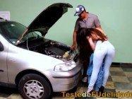 Sexo quente brasileira gostosa testa fidelidade do mecânico casado na oficina de carros