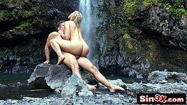 Novinha danadinha fodendo na cachoeira