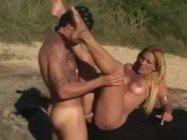 Loira rabuda trepando bastante com o macho na praia