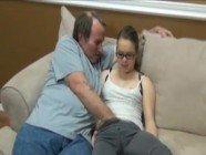 Filha danadinha liberando a bucetinha para o pai tarado depois de estudar