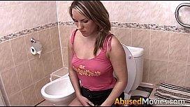Videos pornos estupro irmã fodida a força por irmão dentro do banheiro com os pais vendo televisão na sala