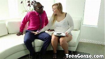 Sexo no sofa com o negão arrombador de perereca