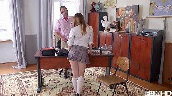 Vidios pono aluna gostosinha sendo punida pelo professor na secretaria