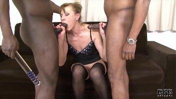 Gostosa do bucetão dando o cu e a sua vagina