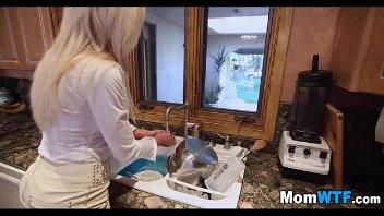 A coroa na cozinha meteu com um rapaz