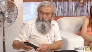 Sexo com o pai barbudo e velho