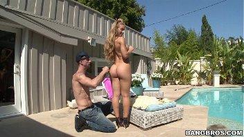 Porno Nicole Aniston gostosa fodendo a beira da piscina