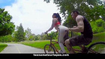 X videos porno com a safadinha sentando na pica