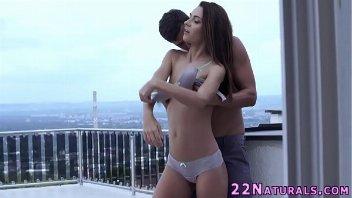 Novinha perdendo a virgindade com o seu namorado