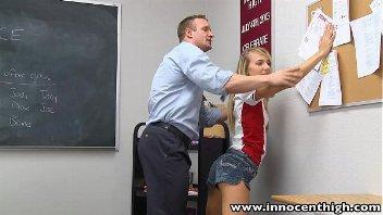 Pornodoido professor comendo uma ninfetinha safada na sala