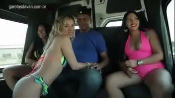 Putaria brasileira com garotas na van transando com homens safados