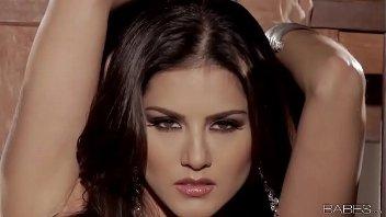 Belas mulheres nuas gostosa Sunny Leone se masturbando