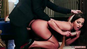 Amirah Adara em uma puta cena de sexo anal selvagem com esse cara roludo