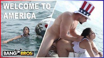 Tio San careca comendo a novinha dentro do barco com tudo