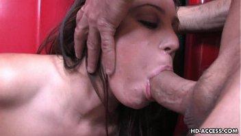 Mulher sem vergonha fazendo uma boa garganta profunda