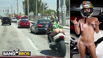 Ruiva gostosa anda de moto pelada e fode no estacionamento