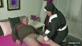 Velho perdendo o atraso com a freira safada