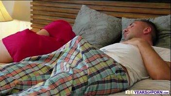 Dillion Harper metendo com o padrasto ao lado da mamãe dormindo