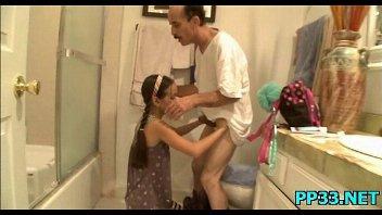 Pai fudendo filha magrinha no banheiro