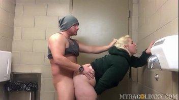 Fodendo no banheiro público com a namorada gordinha