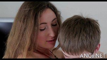 Mulher nua com seu boy novinho transando