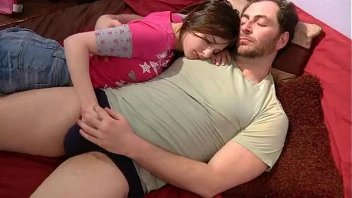 Novinha chupa e transa com pai