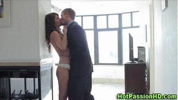 Dotado beija a filha de sua mulher e filma o amor