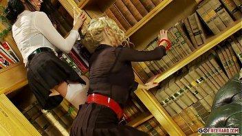 Foda na biblioteca com as bundudas atrizes no grupal