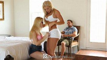 Dotado vê duas loiras se pegando e ataca as beldades perfeitas